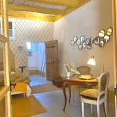 Chambre «PLACE AUX HERBES» et sa grande terrasse donnant sur le bassin... W E L C O M E ☀️  #chambredhotes #bedandbreakfast #uzes #provence #gard #lefooding #southoffrance