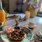 La tarte aux figues est prête, elle est accompagnée de petits pains maison à la farine de Sarrazin, flocons d'avoine et confiture mûres et myrtilles, Bonne journée !  #chambredhotes #guesthouse #maisondhotes #lefooding #weekend #uzes #southoffrance #slowlife #maisonpleinsud